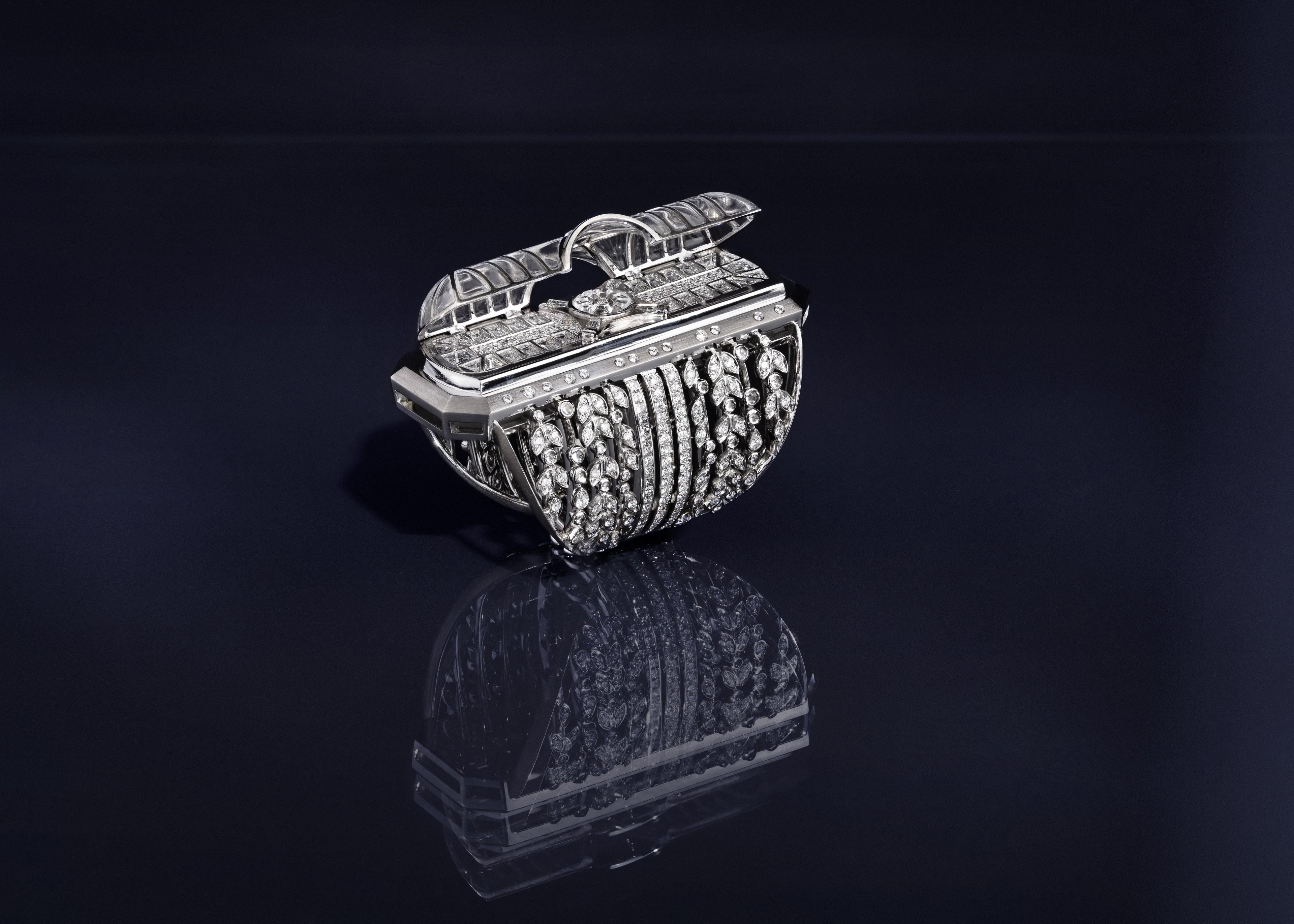La Verrière - Bague ouverte. Or Blanc, Cristal de Roche, Diamants et Saphirs blancs - Irène - Paris Le Grand Palais - Haute Joaillerie - Architecture - Scénographie